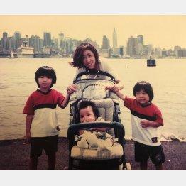 杉山さんと3人の子供たち(提供写真)