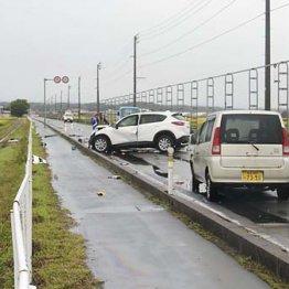 道路をふさぐ3台の車と田んぼにはじき飛ばされた車