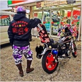 ド派手な改造バイクを見せ付ける塩田容疑者(本人のフェイスブックより)