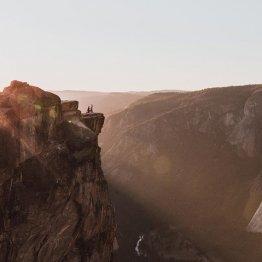 断崖絶壁でプロポーズ…写真のカップルは「誰?」と話題に