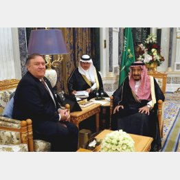 リヤドで会談するサルマン国王(右)とポンペオ米国務長官(C)ロイター=共同