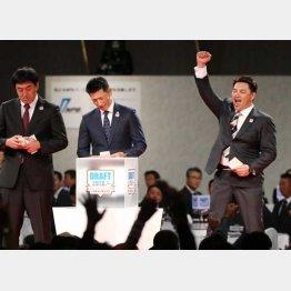 ファンに謝罪した矢野監督(央)/(C)日刊ゲンダイ