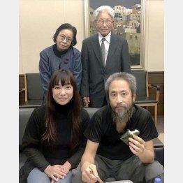 成田空港に到着し、両親(後方)、妻深結さんと写真に納まる安田純平さん/(深結さん提供)