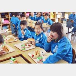 地元の食材給食を楽しむ児童たち(C)共同通信社