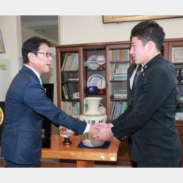 栗山監督(左)からドラフト1位の指名挨拶を受ける吉田