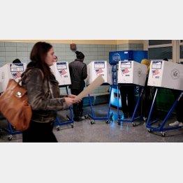 今回は不在者投票も賑わっている(写真は、2016米大統領選投票)/(C)共同通信社