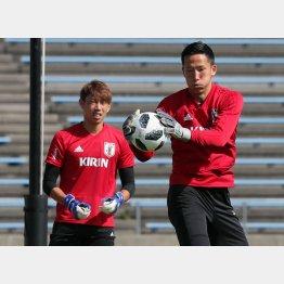 代表合宿でトレーニング中のGKシュミット・ダニエル(左はGK東口)/(C)Norio ROKUKAWA/office La Strada