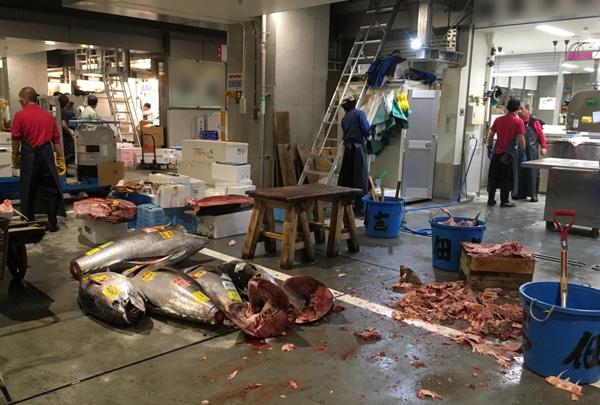 マグロの肉片が飛び散るのは日常茶飯事(市場関係者提供)
