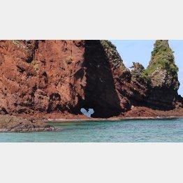 島根県隠岐諸島の明屋海岸に立つ屏風岩にも(C)日刊ゲンダイ