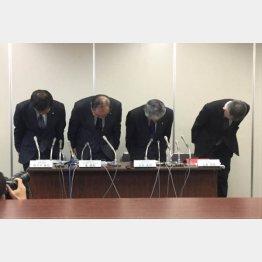 謝罪する日本航空の専務ら(C)日刊ゲンダイ