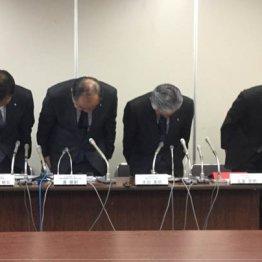 謝罪する日本航空の専務ら