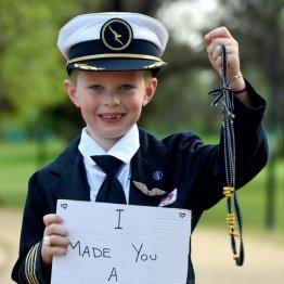 """メーガン妃に贈ったネックレスを販売する6歳男児の""""真意"""""""