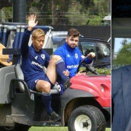 練習場で移動中に筆者に向かって手を上げる本田(左)と地元紙のD・ダビュトビッチ記者