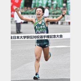 ゴールする青学大のアンカー・梶谷瑠哉(C)共同通信社