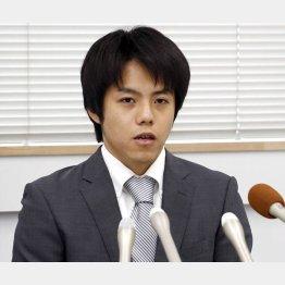 会見を開き謝罪する山崎翔一氏(C)共同通信社