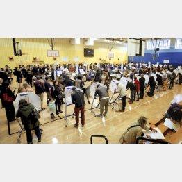 米中間選挙の投票をする大勢の有権者ら(6日、ニューヨーク)/(C)ゲッティ=共同
