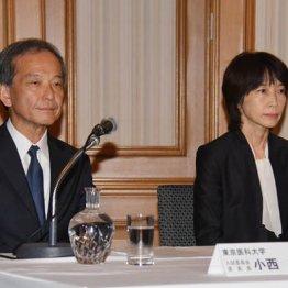 記者会見の冒頭、謝罪する東京医科大の林由起子学長(右)