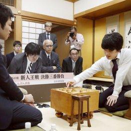 藤井七段に敗れた出口三段(左)
