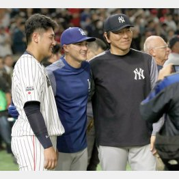 試合前に記念写真(左から岡本、ヘルナンデス、松井コーチ)/(C)日刊ゲンダイ