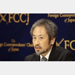 外国人記者から大きな拍手で迎えられた安田純平さん(C)日刊ゲンダイ
