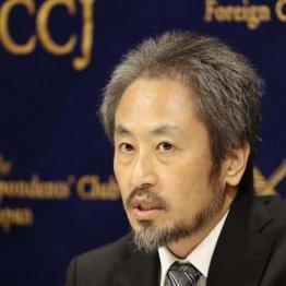 外国人記者から大きな拍手で迎えられた安田純平さん