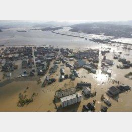 天候・災害だけが理由なのか(西日本豪雨で水浸しになった豊岡市の住宅街)/(C)共同通信社