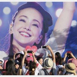 安室奈美恵さんのラッピングを写真に収めるファンら(C)共同通信社