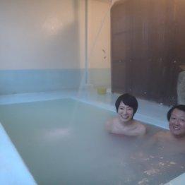 嶽温泉・田沢旅館 水色の湯船が印象的なひなびた内湯