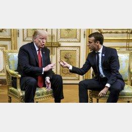 マクロン仏大統領(右)はすぐ了解(10日、パリ=ロイター=共同)