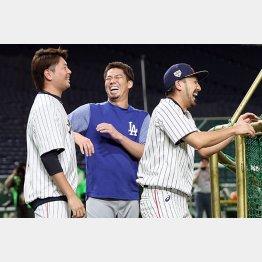 前田(中央)との対戦を心待ちにする菊池(右)/(C)日刊ゲンダイ