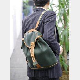 いまどきの通勤リュックはジャケットの肩に要注意(C)日刊ゲンダイ