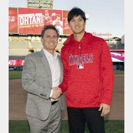 新人王に選出され代理人のネズ・バレロ氏と握手(Angels Baseball提供・共同)