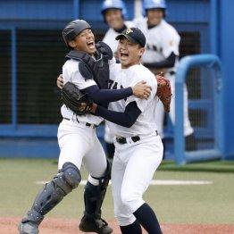 完投勝利に喜ぶ西原投手(右)