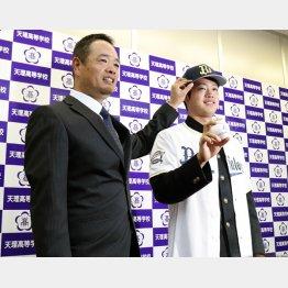 オリックスから1位指名を受け、父暁さん(左)とポーズ(C)共同通信社
