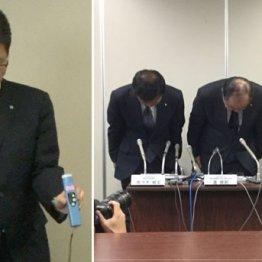 「新型」と「旧型」のアルコール検知器を手に説明するJAL職員(左は謝罪する専務ら)