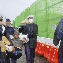 辺野古資材搬入再開で市民は反対(米軍キャンプ・シュワブのゲート前で、機動隊員に排除される反対派の市民)