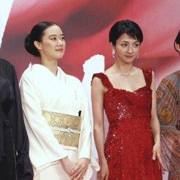 昨年の「東京国際映画祭」から。安藤サクラ(左)と満島ひかり(右から2人目)