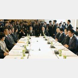 安倍首相再登板1ヶ月後に「教育再生実行会議」初会合(C)共同通信社