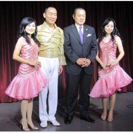 (左から)斉藤巴美、真島茂樹、松平健、斉藤林子(C)日刊ゲンダイ