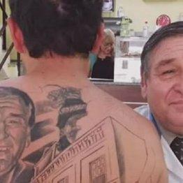 """背中に執刀医の顔タトゥー…命拾いしたがん患者の""""珍""""感謝"""