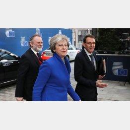欧州も混乱(EU特別首脳会議に出席するメイ英首相)/(C)ロイター=共同