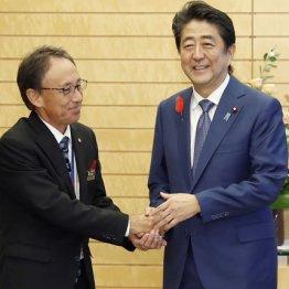 新知事は未知数(会談前に握手する安倍首相と玉城沖縄県知事)