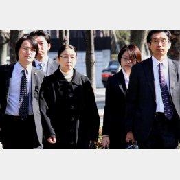 村木厚子(央・左)さんの無罪も(右端が弘中弁護士)/(C)日刊ゲンダイ