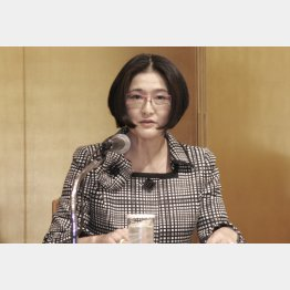 福岡市で記者会見する日本銀行の政井貴子審議委員(C)共同通信社