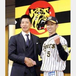 矢野監督と握手するドラフト1位の近本(C)共同通信社