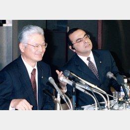 塙元社長(左)と(00年3月)/(C)共同通信社