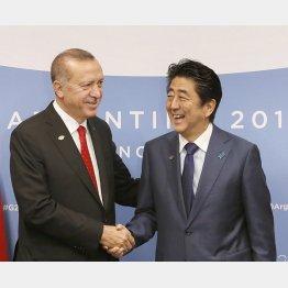 トップセールスも大失敗(会談前に握手するトルコのエルドアン大統領と安倍首相)/(C)共同通信社