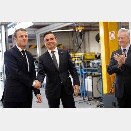18年11月、ルノー視察でゴーンCEOと握手するマクロン仏大統領(C)ロイター=共同