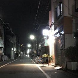 住宅街の路地に明かりがポツリ…
