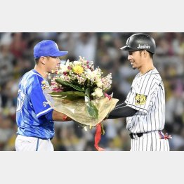 鳥谷(右)に花束を手渡す筆者(C)共同通信社